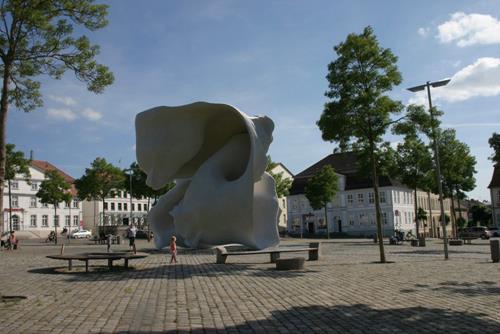 Simon Schade, Schwebender im Zimmer- Neustrelitz, People: Group, Society, Kunst am Bau, Abstract Expressionism